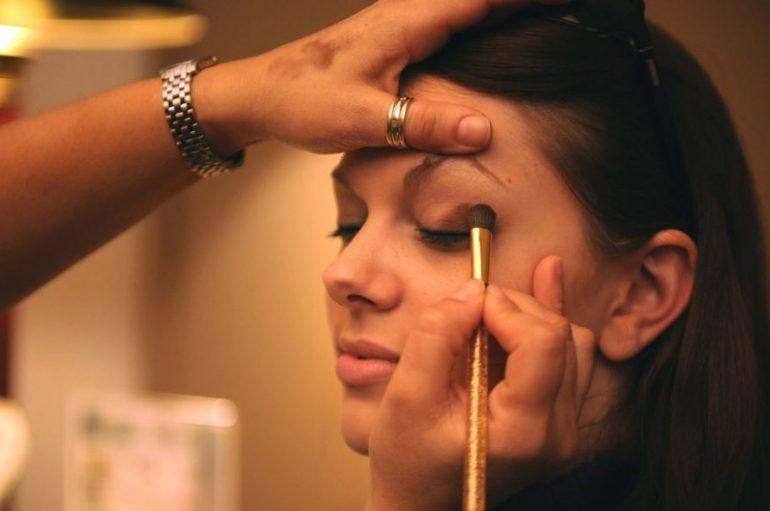 Comment faire tenir son maquillage toute la journée : nos 5 astuces